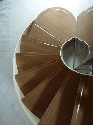 dettaglio scala interna in legno curva