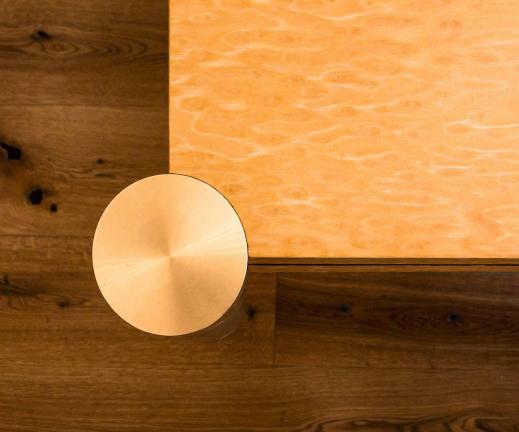dettaglio tavolo in radica con gambe laccate e inserti in ottone - Sondrio