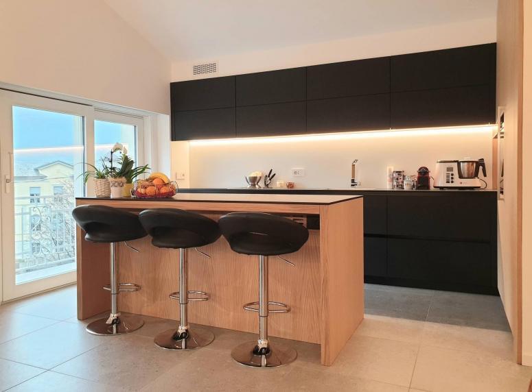 cucina su misura in rovere e vetro - Fusine