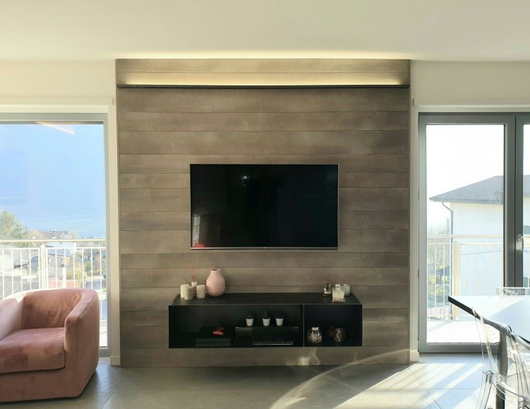 rivestimento parete tv con perline in larice ossidato - Berbenno di Valtellina