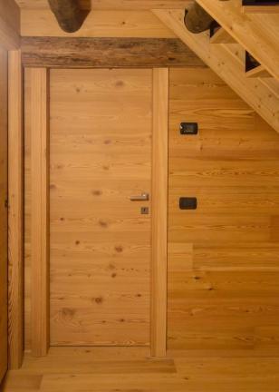 porte interne in larice e rivestimento - Chiesa in Valmalenco