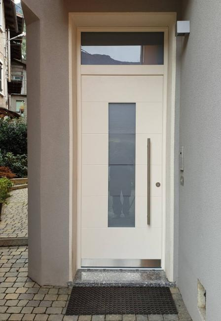 portoncino ingresso laccato con inserti in vetro e acciaio - Fusine